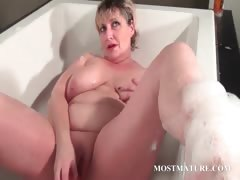 Mature cadger dildoes pussy..